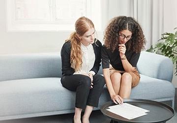 Zwei Frauen Lesen und schreiben ein Bewerbungsschreiben für einen Job