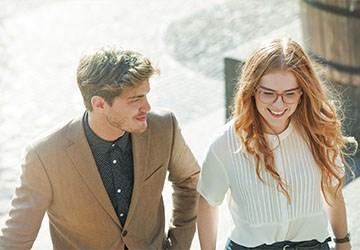 Zwei Junge akademiker freuen sich auf Ihren Berufseinstieg als Young Professionals
